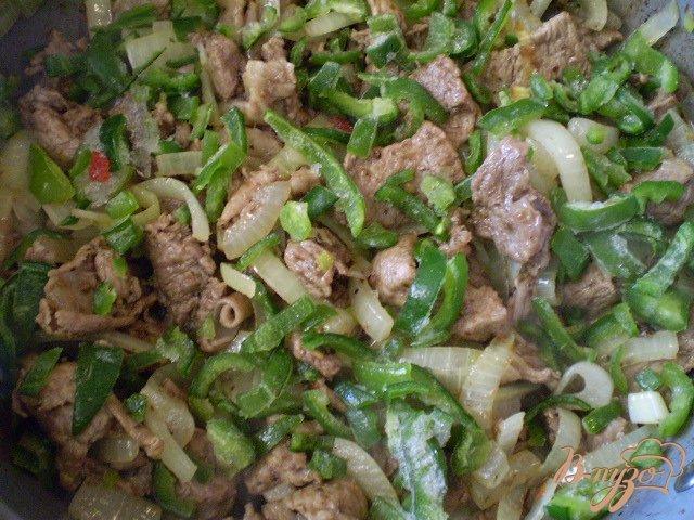 Фото приготовление рецепта: Мясо тушенное с грецкими орехами шаг №6