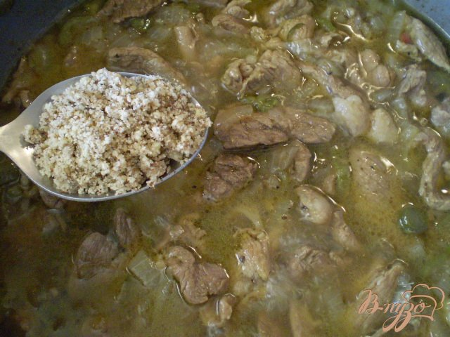 Фото приготовление рецепта: Мясо тушенное с грецкими орехами шаг №8