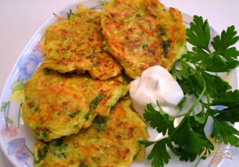 Фото приготовление рецепта: Кабачково-морковные оладьи шаг №7