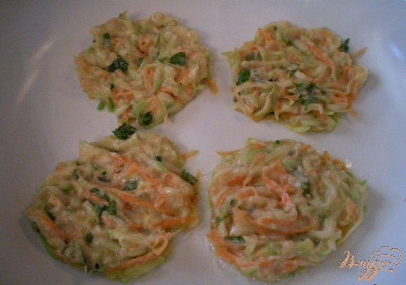 Фото приготовление рецепта: Кабачково-морковные оладьи шаг №5