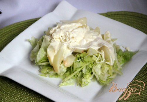 Тёплый салат из груш и моцареллы с ягодным соусом