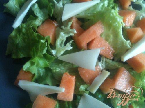 Салат с вяленой говядиной, кусочками дыни и красной смородиной