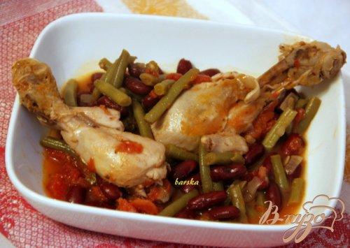 Куриные голени в томатном соусе с двумя видами фасоли