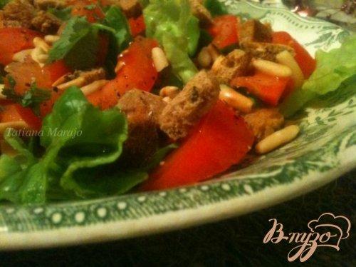 Салат с помидорами и ржаными сухариками