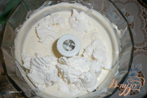 Десерт из белого шоколада с мандаринами и виноградом