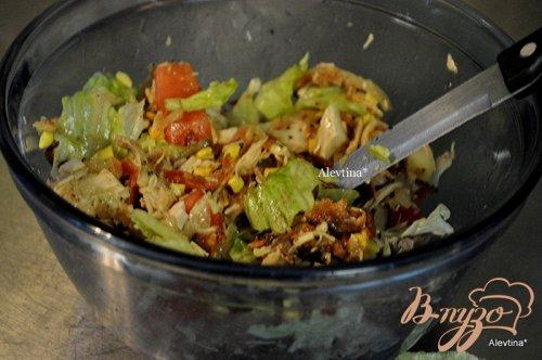 Куриный салат с беконом в хлебных чашах