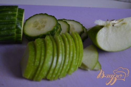 Салат с огурцом, яблоком и маслинами