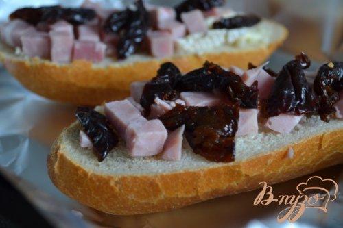 Горячий бутерброд с ветчиной, черносливом и сыром
