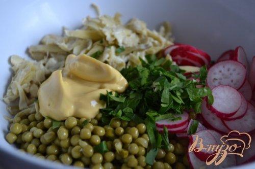 Салат с зеленым горошком, редисом и артишоками