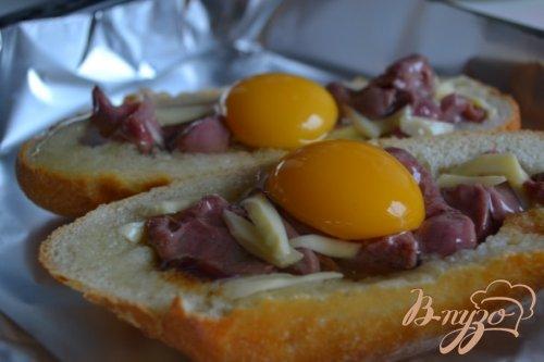 Горячие бутерброды с утиными желудочками, яйцом и сыром