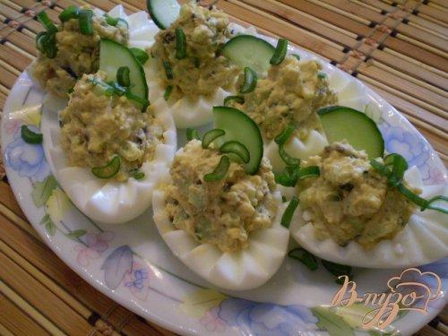 Фаршированные яйца огурцом и мидиями