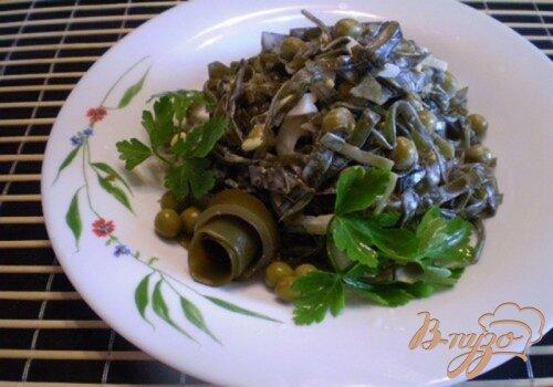 Салат из морской капусты, лука и горошка