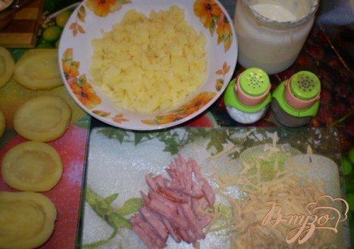 Картофель фаршированный сыром и колбасой
