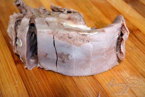 Язык свиной запеченый со специями, чесноком и сыром