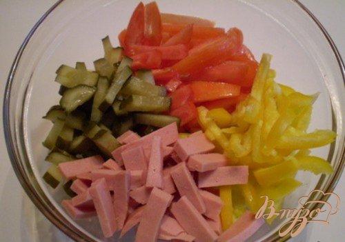 Салат овощной с колбасой молочной подкопченной