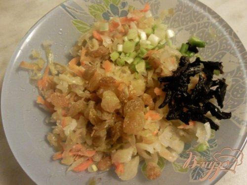 Салат из квашенной капусты с черносливом