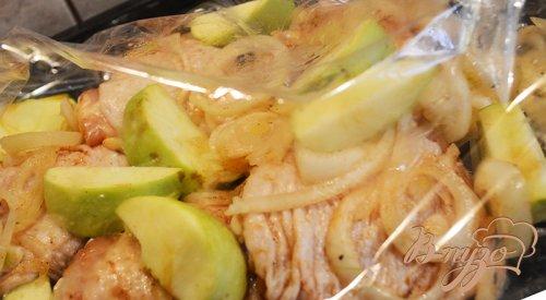 Курица с яблоком, запеченая в рукаве