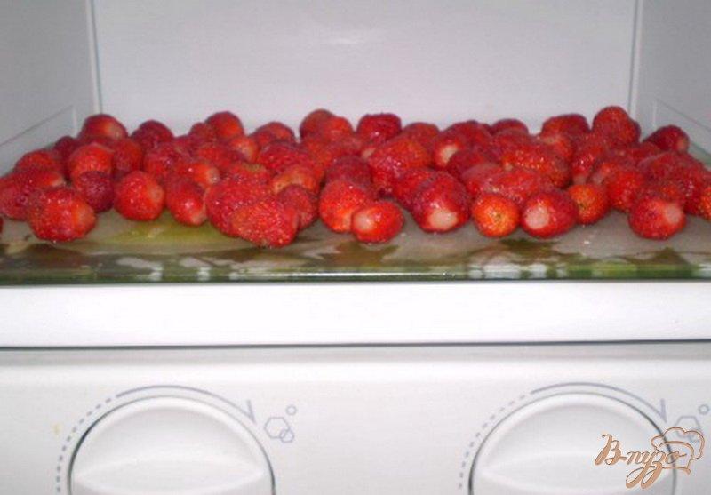 Фото приготовление рецепта: Как заморозить клубнику шаг №4