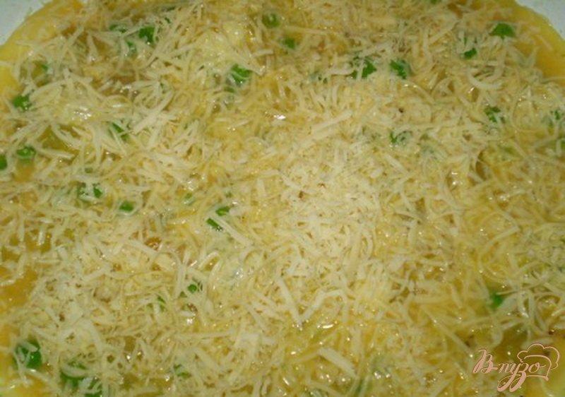 Фото приготовление рецепта: Омлет с зеленым горошком, луком и сыром шаг №5