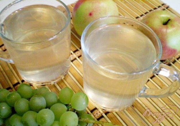 фото рецепта: Компот из яблок, винограда с мятой и эхинацеей