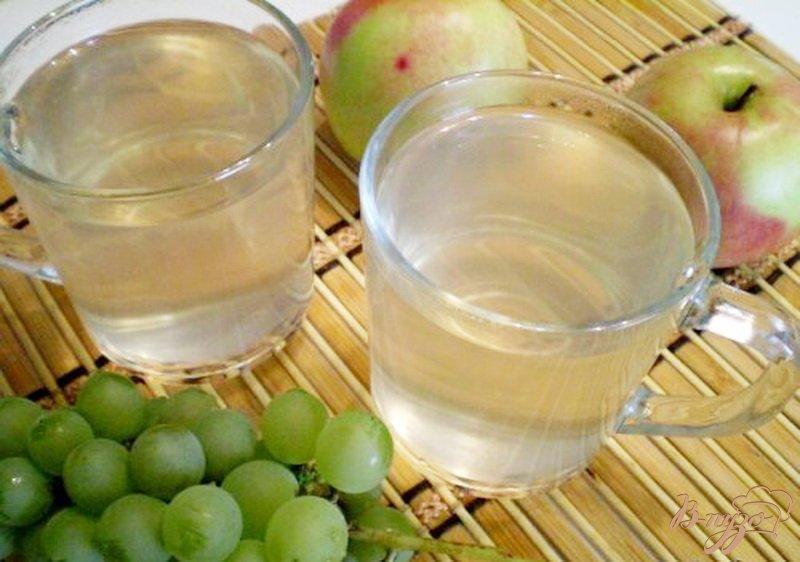 Фото приготовление рецепта: Компот из яблок, винограда с мятой и эхинацеей шаг №5
