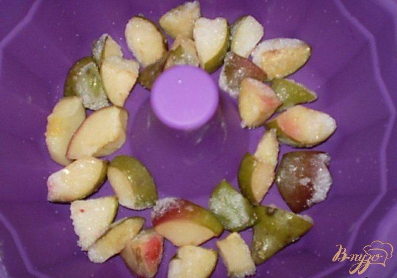 Фото приготовление рецепта: Медовый кекс с грушами шаг №3