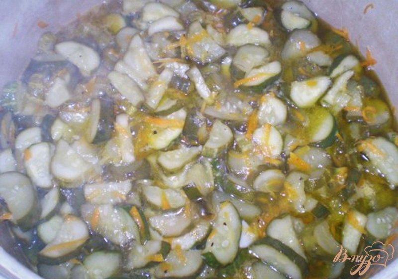 Фото приготовление рецепта: Огуречный салат с морковью и чесноком шаг №4