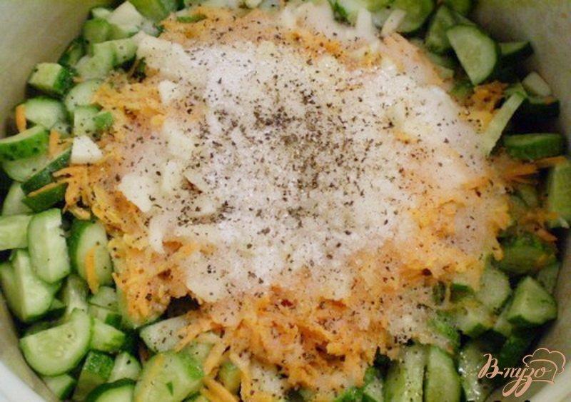 Фото приготовление рецепта: Огуречный салат с морковью и чесноком шаг №3