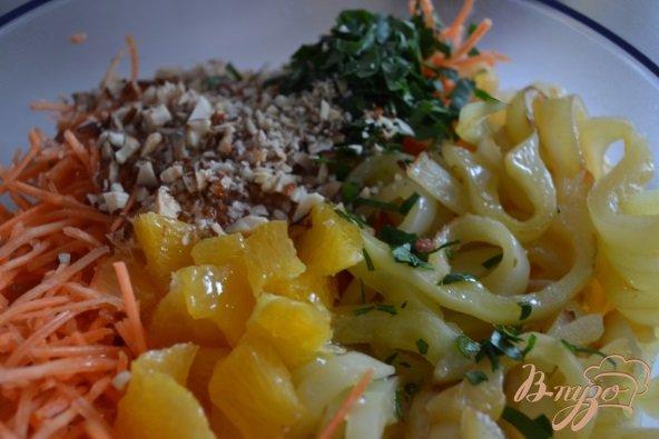 Фото приготовление рецепта: Морковный салат со сладким перцем и апельсином шаг №4