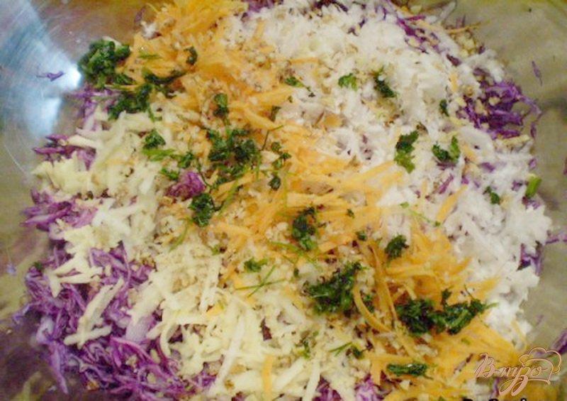 Фото приготовление рецепта: Салат из капусты с редькой и яблоком шаг №5