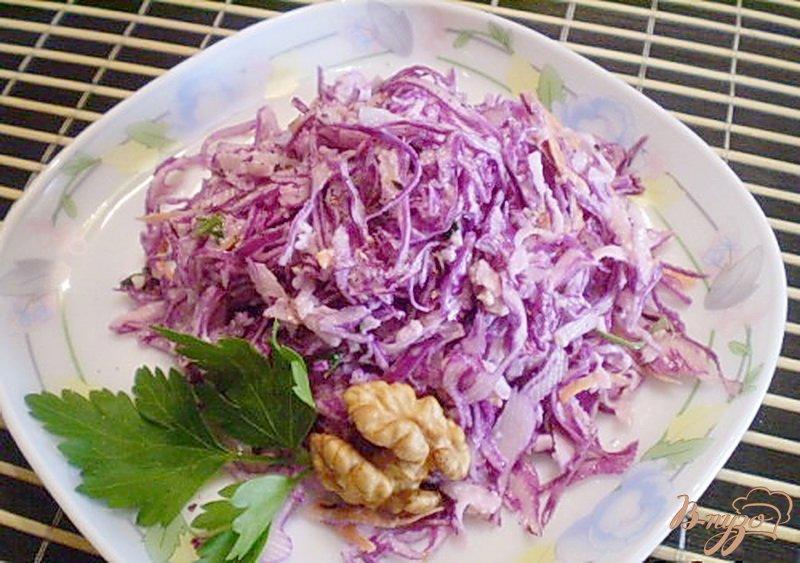 Фото приготовление рецепта: Салат из капусты с редькой и яблоком шаг №7
