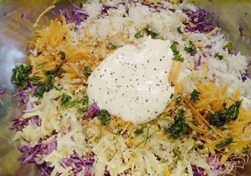 Фото приготовление рецепта: Салат из капусты с редькой и яблоком шаг №6