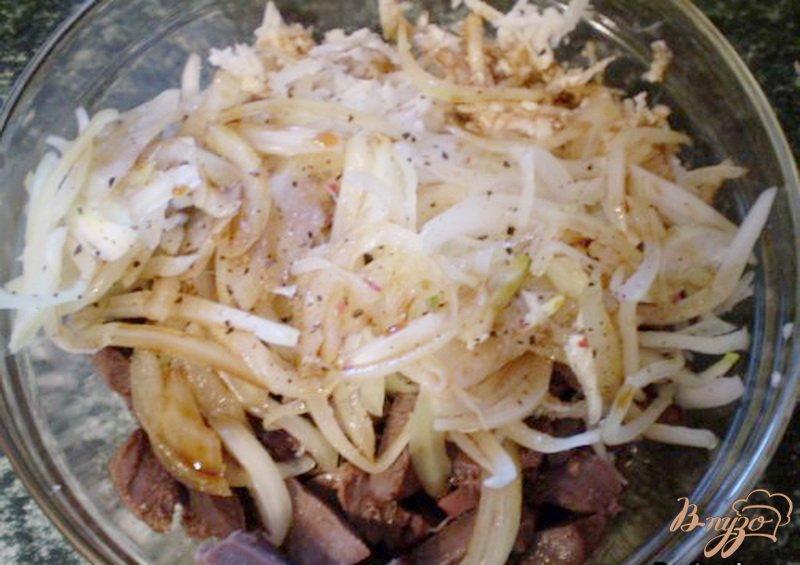 Фото приготовление рецепта: Салат из утиных желудков с черной редькой шаг №3