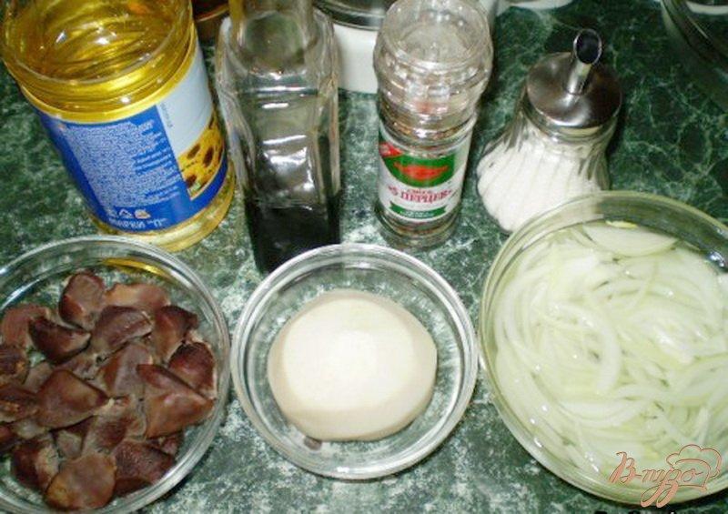 Фото приготовление рецепта: Салат из утиных желудков с черной редькой шаг №2