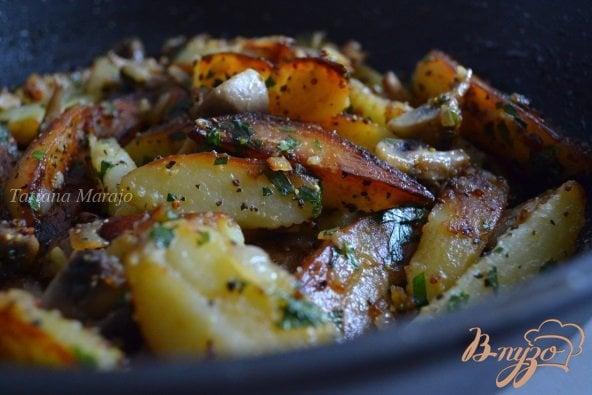 Фото приготовление рецепта: Жареный картофель с грибами шаг №6