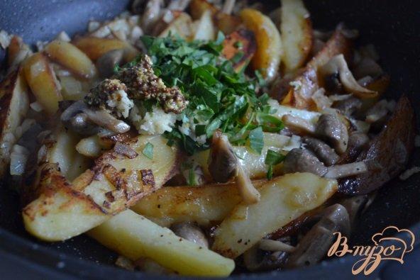 Фото приготовление рецепта: Жареный картофель с грибами шаг №5