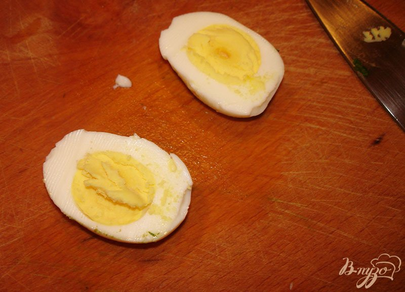 Фото приготовление рецепта: Фаршированные яйца с голубым сыром шаг №2