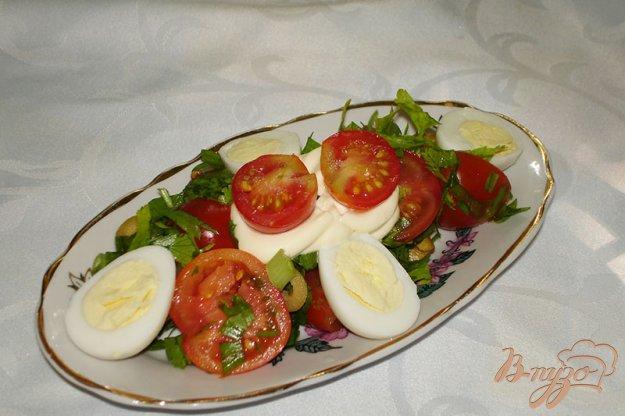 Рецепт Сочный салат с помидорами черри, яйцами и оливками