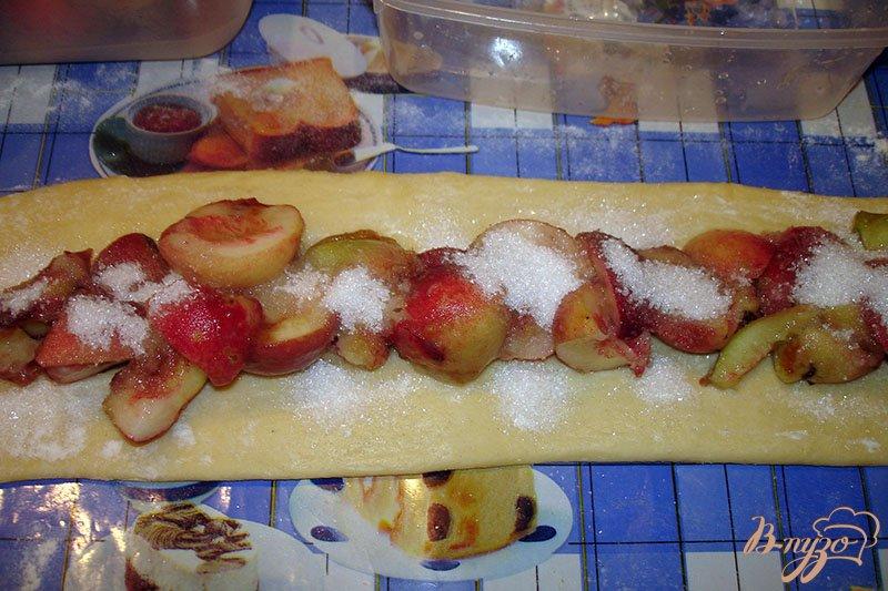 Фото приготовление рецепта: Булочка с персиком шаг №3
