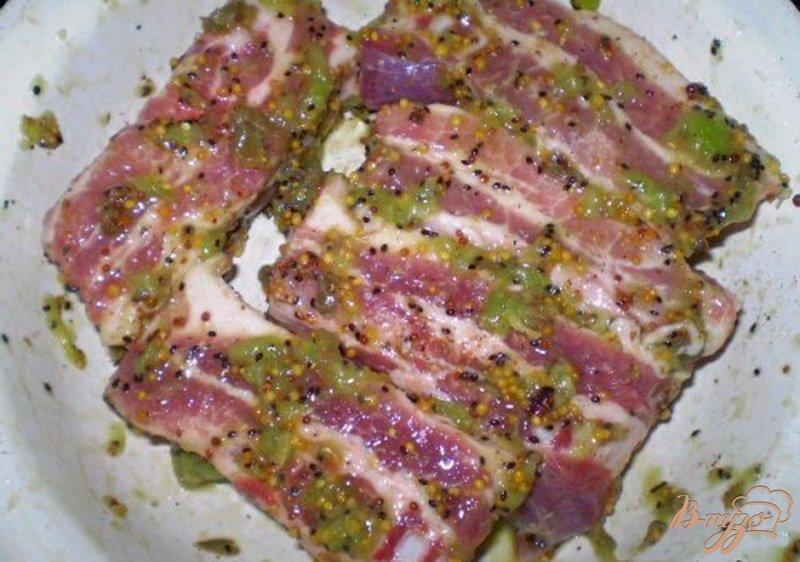 Фото приготовление рецепта: Свинина с киви и каперсами шаг №3