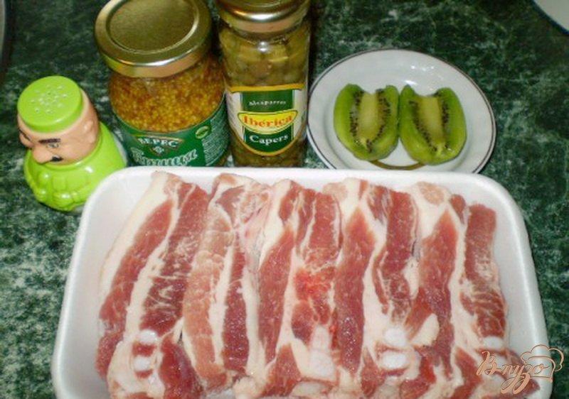 Фото приготовление рецепта: Свинина с киви и каперсами шаг №1