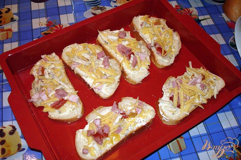 Фото приготовление рецепта: Ароматные горячие гренки с сыром и копченым беконом шаг №2