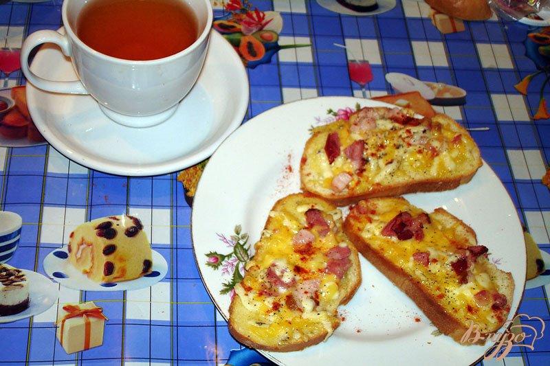 Фото приготовление рецепта: Ароматные горячие гренки с сыром и копченым беконом шаг №4