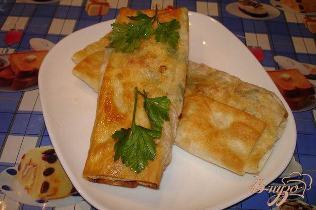 фото рецепта: Лаваш с сыром и колбасой на сковороде