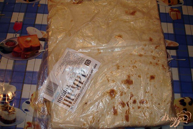 Фото приготовление рецепта: Лаваш с сыром и колбасой на сковороде шаг №2