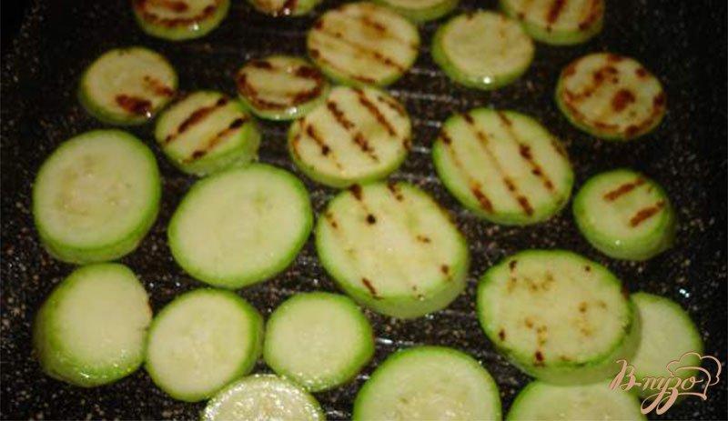 Фото приготовление рецепта: Закусочные кабачки  с кетчупом шаг №2