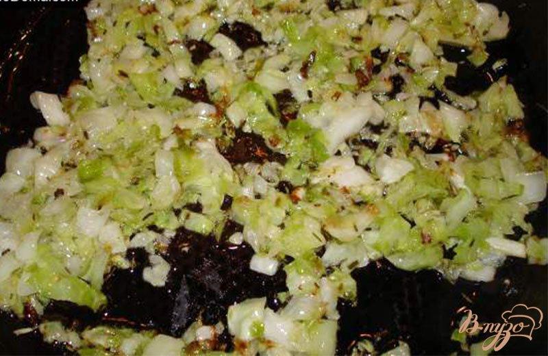 Фото приготовление рецепта: Булочки с молодой капустой шаг №3