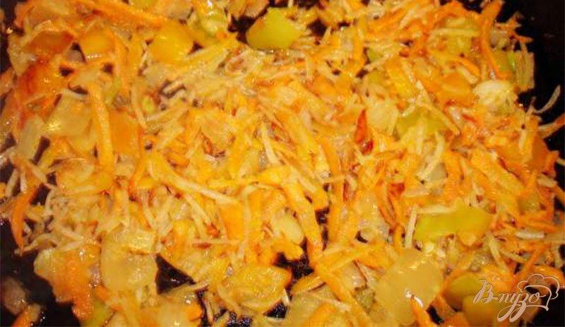Фото приготовление рецепта: Сырный суп с ветчиной, сельдереем и другими овощами шаг №3