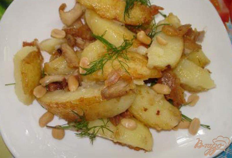 Фото приготовление рецепта: Молодой картофель с курицей, беконом и соленым арахисом шаг №5