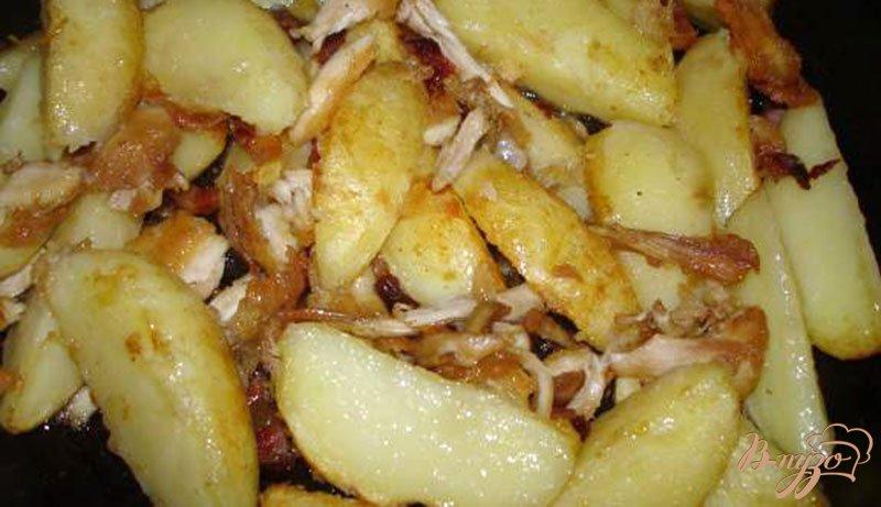 Фото приготовление рецепта: Молодой картофель с курицей, беконом и соленым арахисом шаг №4
